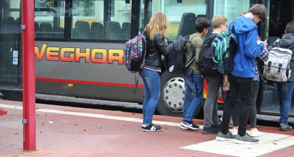 """Fünftklässler in der """"Busschule"""""""